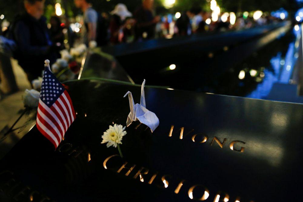 Американский флаг и бумажный журавлик — символ мира.