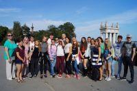 Школьники из Аннен-школы и МОУ СШ № 93 и их преподаватели на Центральной набережной Волгограда.