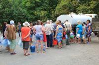 После подачи воды было десятки порывов, и народ снова потянулся к водовозкам.