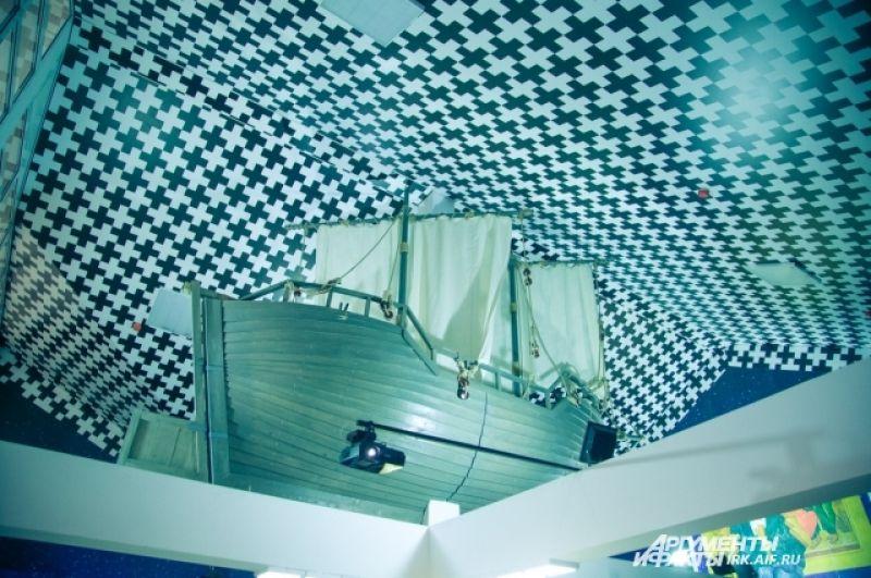 Под самым потолком установлена парусная лодка, как напоминание о морских путешествиях Святителя.