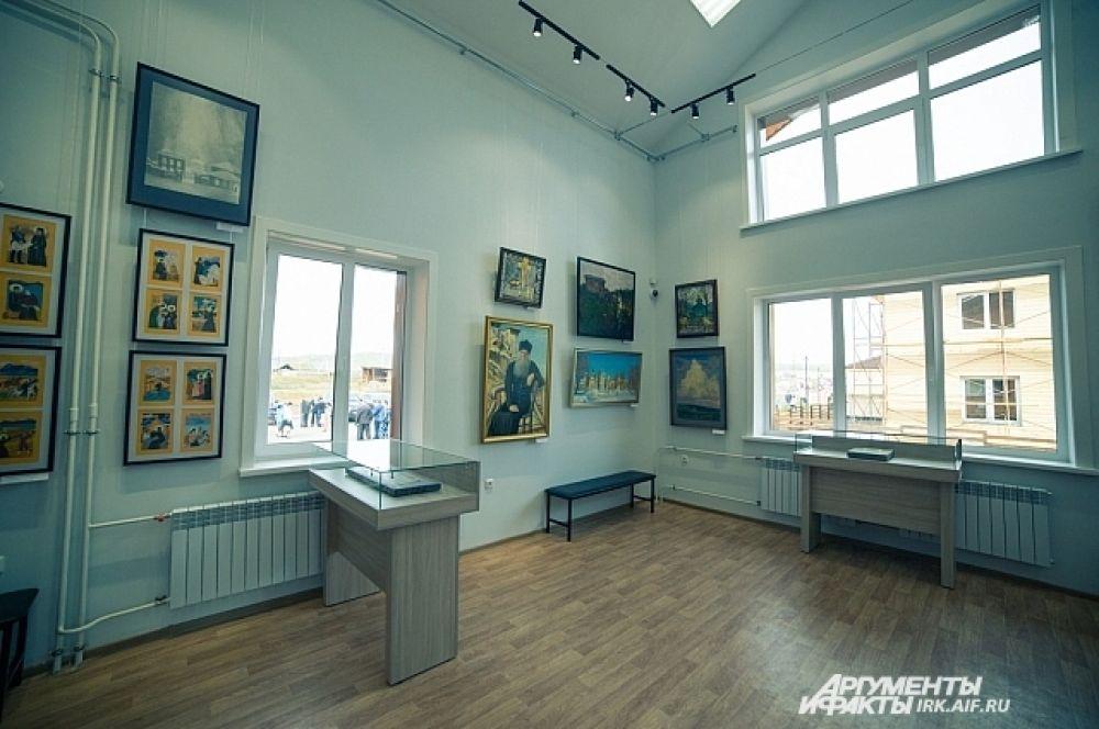 Один зал отведён под экспозицию картин, подаренных центру художниками из разных уголков России.