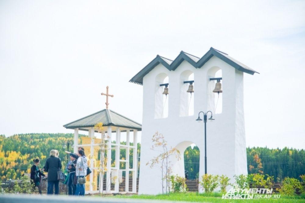Рядом со звлнницей возведена часовня, в память о храме.