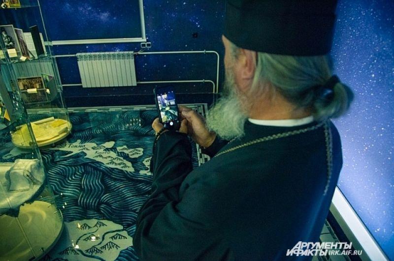 Даже священнослужители не остались равнодушными и активно фотографировали экспонаты на память.