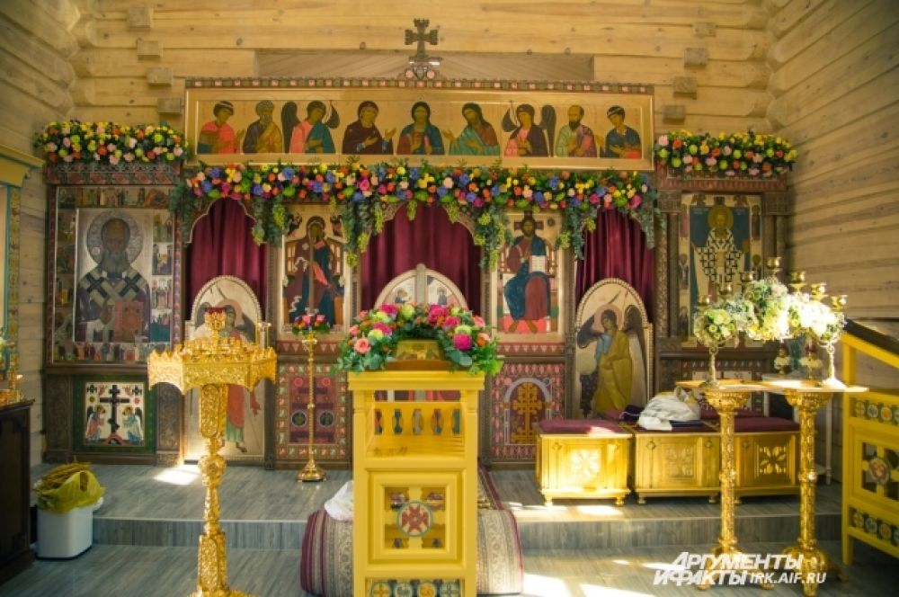 Внутри храма строители решили сохранить фактуру дерева, которая даёт особый теплый свет.