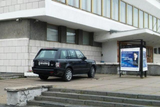 Это фото было нами сделано в центре Архангельска. Так всем можно припарковаться или только блатным?