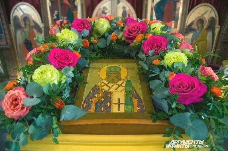 Множество цветов в этот день стали частью убраства церкви.