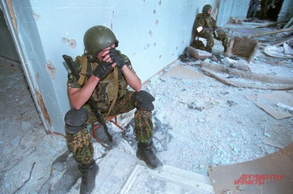 Операция в Беслане. Спецназ закончил бой. Сентябрь 2004 года.