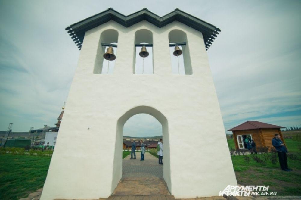Звонница стала своеобразными воротами к месту разрушенного в 1929 году Ильинского храма.