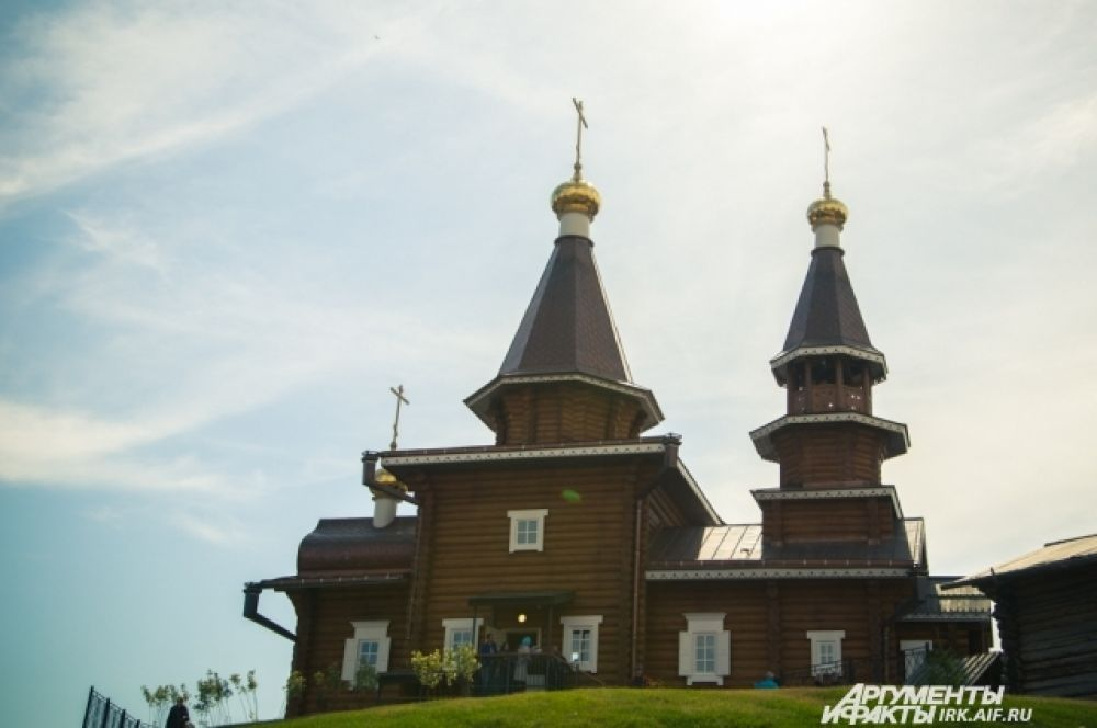 Новая церковь уже полностью готова к службам. Построили её из круглого бруса на самом высоком месте исторического комплекса.