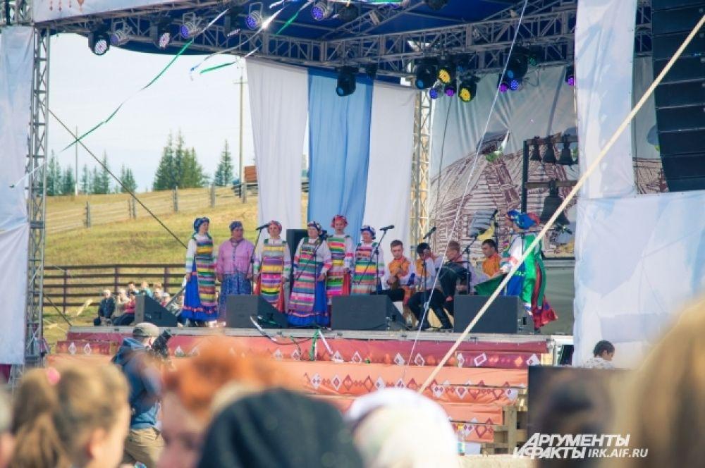 Перел гостями выступили народные коллективы из Иркутской области и других регионов России.