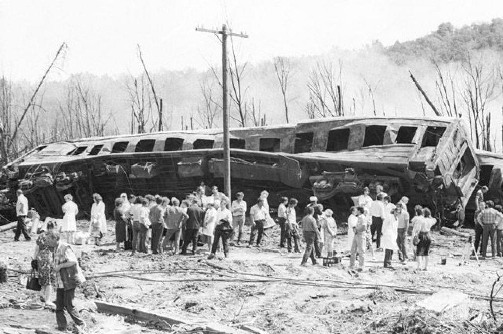 Железнодорожная катастрофа на перегоне Уфа-Челябинск. После крушения двух поездов погибли 575 человек, среди которых был 181 ребенок. 1989 год.