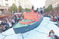 В суперпрограмме на Тверской приняли участие 4,5 тыс. артистов, музыкантов, лекторов и спортсме- нов, а посетили главную улицу Москвы за 2 дня 2,5 млн человек.