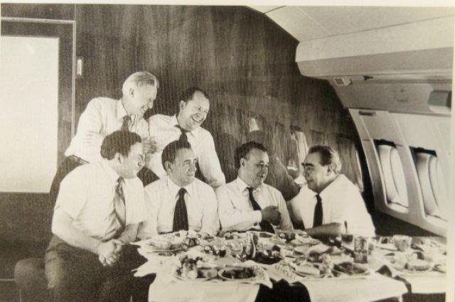 Н.С. Патоличев с Л.И. Брежневым в салоне самолета во время официального визита в Вашингтон