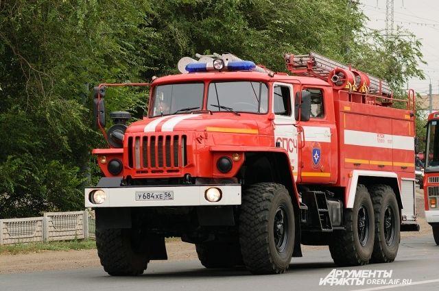 В Оренбурге на пожаре огнеборцы спасли мужчину и женщину.