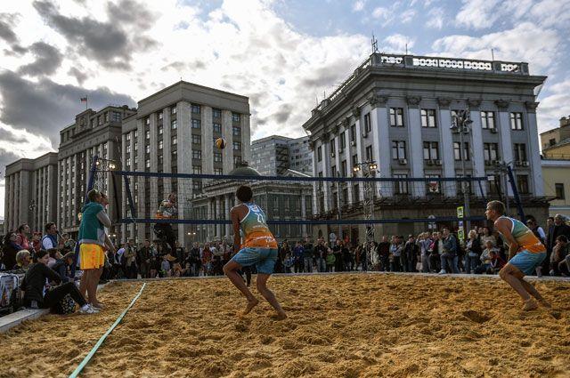 Пляжный волейбол во время празднования Дня города в Москве.