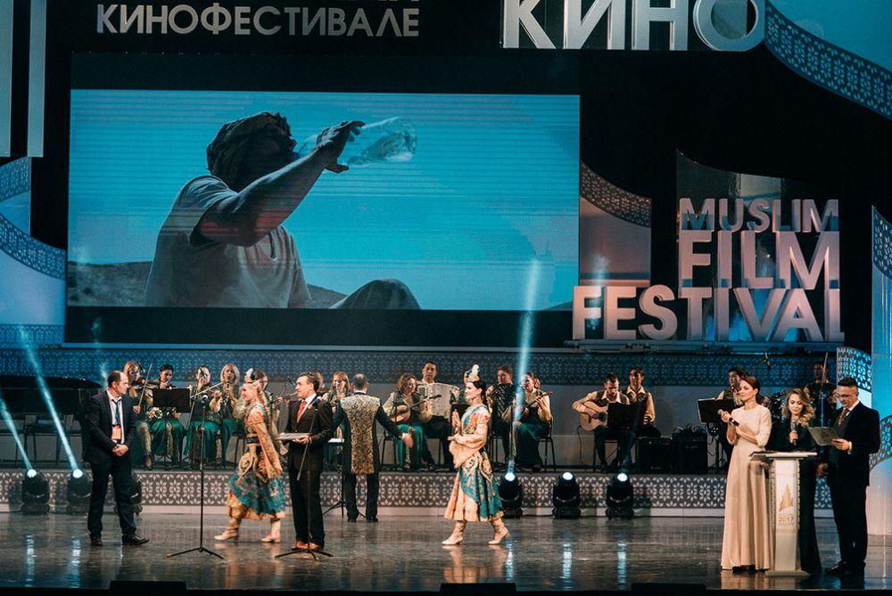 По традиции гостей развлекали танцевальными номерами.
