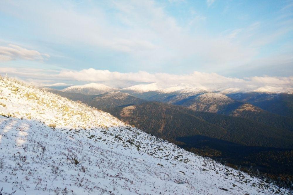 По склонам Поднебесных Зубьев видно, что не везде снег задержался.
