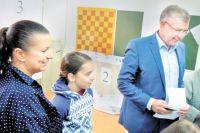 Депутат Госдумы Игорь Сапко каждый год приходит на выборы с семьёй.