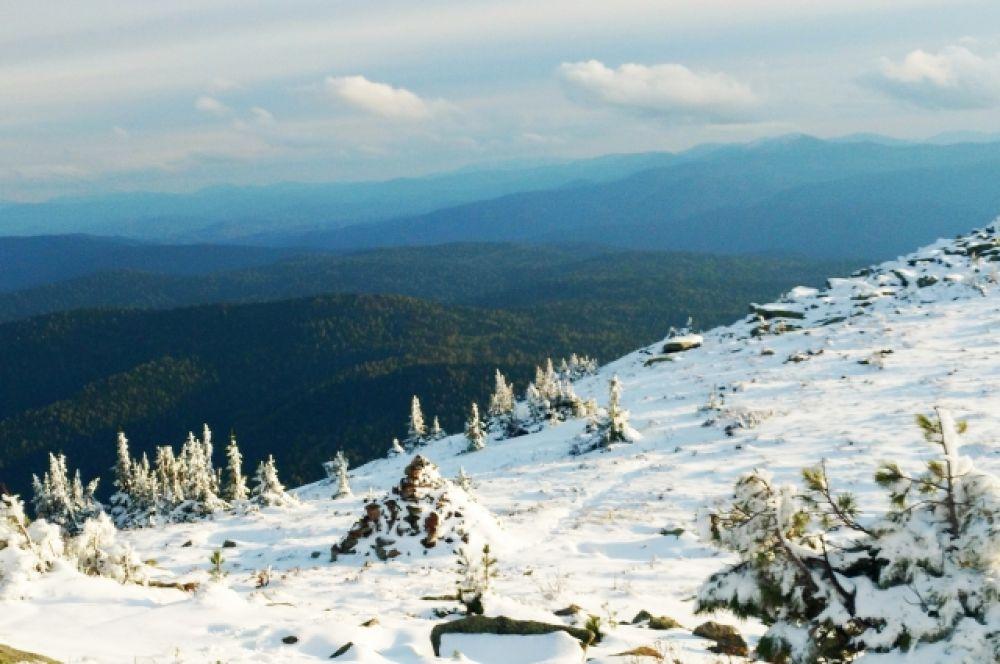 Чем выше поднимаешься в горы, тем больше белого снега под ногами.