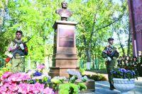 Бюст маршала Советского Союза установили на территории школы им. Язова.