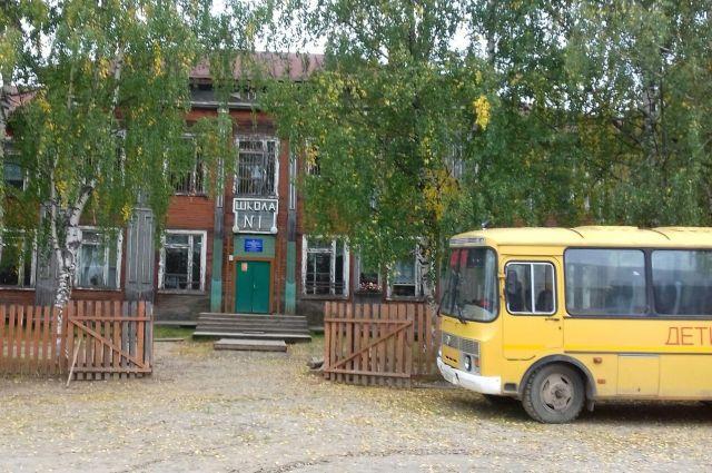 В старом здании останавливают ремонтные работы, чтобы дети пообедали.