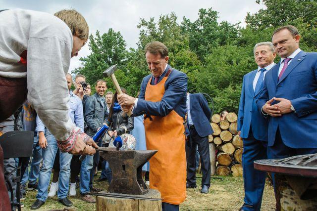 Кузнец предложил губернатору выковать гвоздь к эмблеме Года экологии.