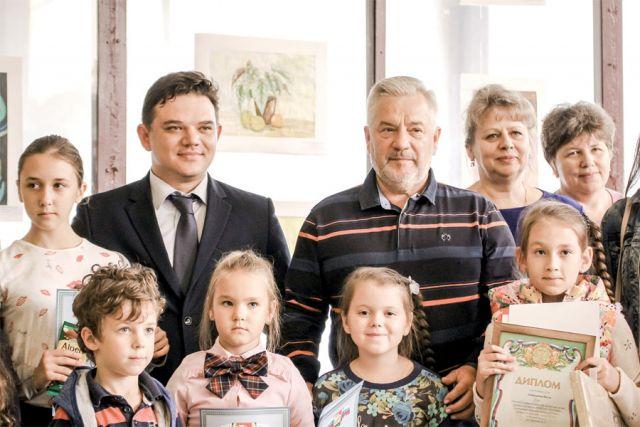 Александр Жуков вместе с главой Коминтерновской управы Алексеем Медведевым подвёл итоги конкурса рисунков.