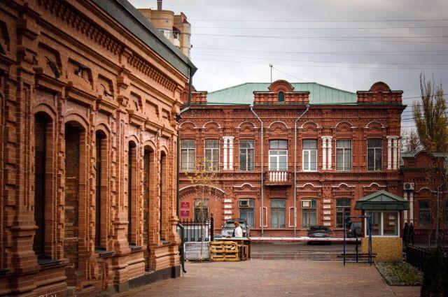 Любопытно, что в Волгограде сохраняют дух улиц Царицына. Одно из зданий XIX, а другое XXI века.
