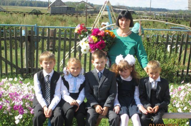 Ученики начальных классов вместе с учительницей Ольгой Коротких 1 сентября пришли сначала к школе в Андроново, сфотографировались и поехали учиться в другое село