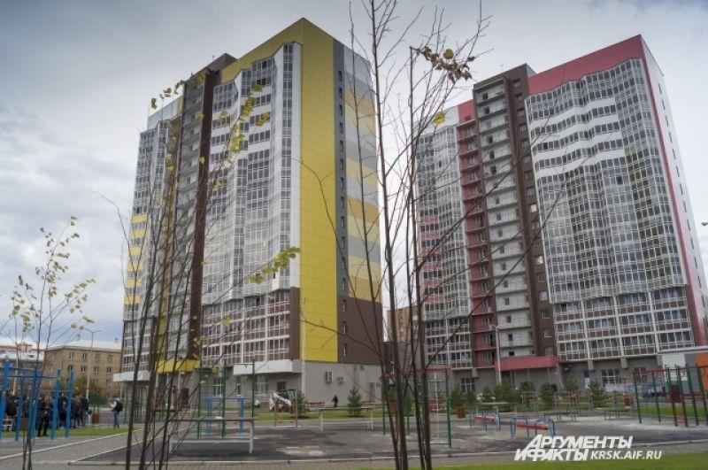 Вдохновившись названием одноимённой скалы в заповеднике Столбы, взмывает вверх тремя 17-этажками комплекс «Перья».