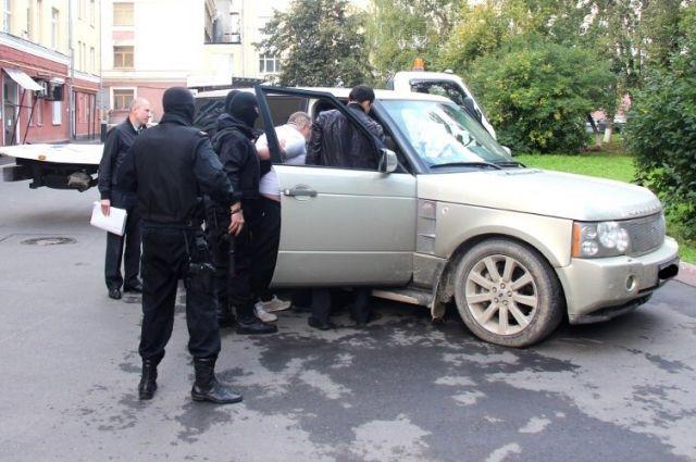 Чтобы должник не мешал приставам, ему надели наручники.