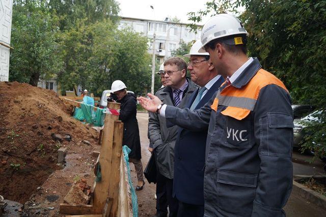 Директор УКСа знакомит с ходом работ Сергея Задорожного и Юрия Тюрина.