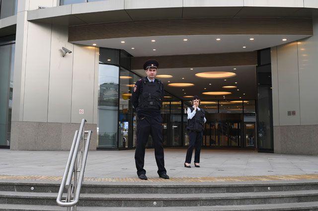 Сотрудники правоохранительных органов у торгового центра «Метрополис» в Москве. Оперативные службы проверяют поступившую информацию о минировании зданий и торговых центров Москвы.