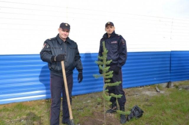 Таркосалинские инспекторы сменили жезлы на лопаты