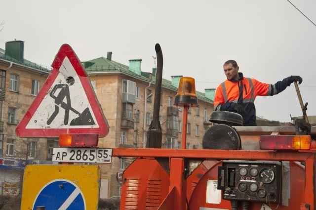 Омичи решили ремонтировать дороги подручными материалами.