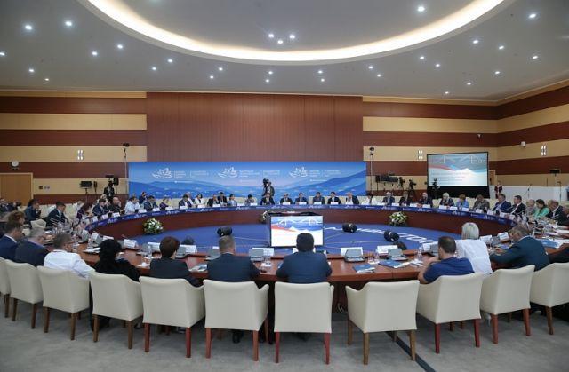 Экономический форум стал местом продуктивных деловых встреч.