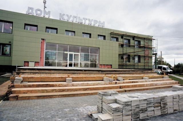 Фасад Дома культуры в Ильинском ремонтируют благодаря стараниям жителей.