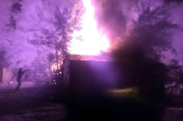 В Тюмени на улице Менжинского произошел пожар в частном доме