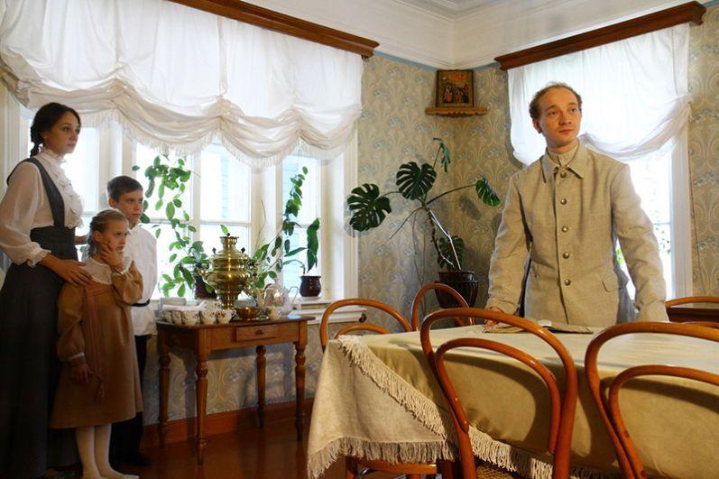 Зрители с героями живут в атмосфере семейной любви, участвуют в играх, радуются домашнему театру