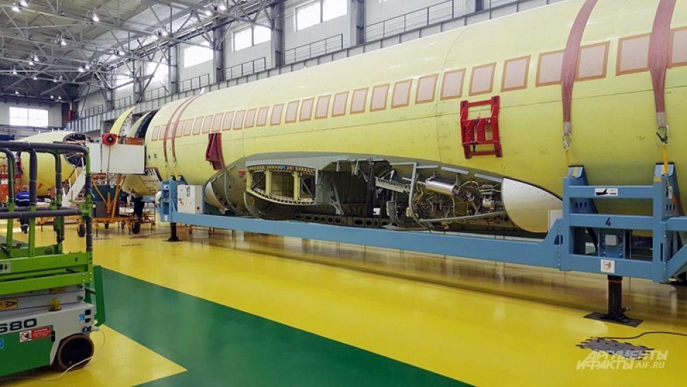 В январе 2011 года SSJ100 получил сертификат Межгосударственного авиационного комитета, в результате чего был допущен к эксплуатации. За 6 лет ГСС произвела более 140 лайнеров, есть заказы на пару лет вперед, так что ждать юбилейного 150-го самолета остается совсем недолго.