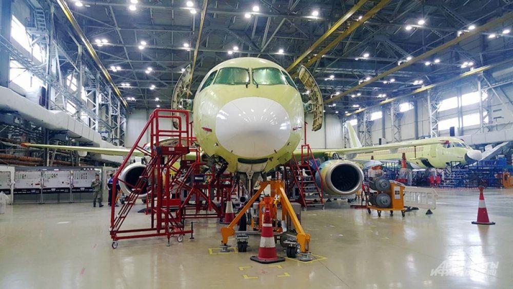 Комплектующие для SSJ100 поставляют производители из 30 стран. Двигатели, к примеру, собирает российско-французское PowerJet, предприятие рыбинского НПО «Сатурн» и  французской компании Snecma.