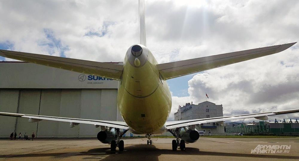 Всего за 5 лет конструкторы не просто спроектировали первый пассажирский лайнер в российской истории, но и с помощью инженеров довели его до взлетной полосы. В 2007 году опытный образец прошел первые испытания, а полетел уже через год — в мае 2008.