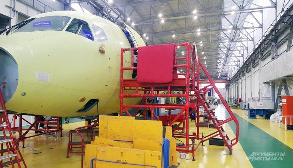 SSJ100 оснащен рядом уникальных систем для пилотов – в частности, одна из них помогает управлять лайнером даже при ошибочных действиях – не позволяет сделать крен, дает возможность установить предел высоты – вроде лимита на круиз-контроле у автомобилей.