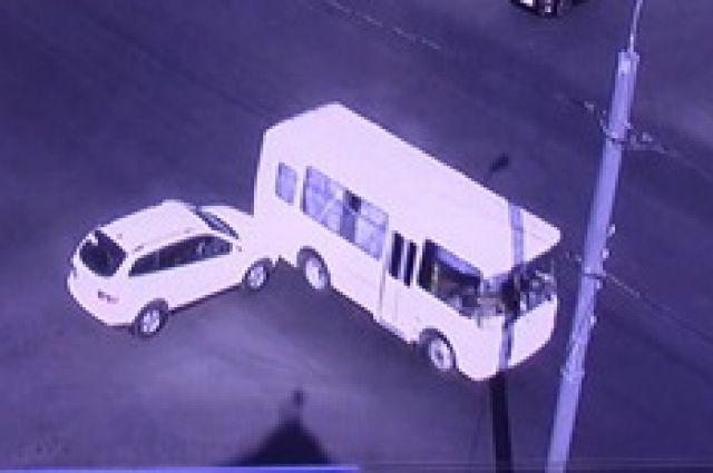 В Оренбурге на перекрестке столкнулись иномарка и автобус.