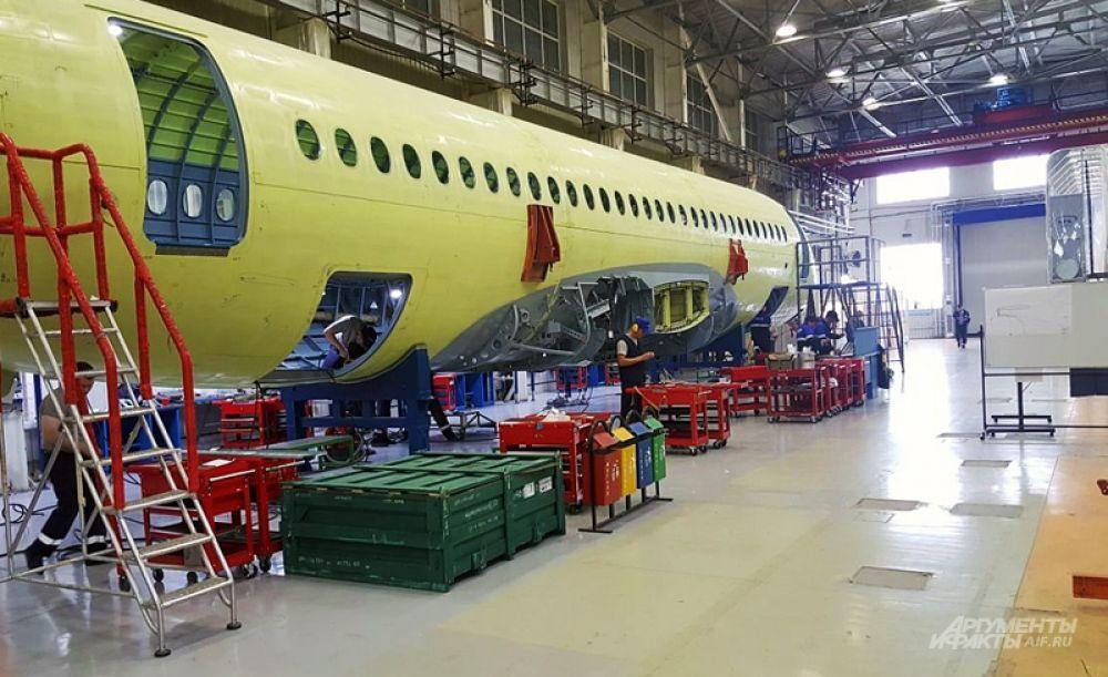 В 2005 году простаивавшие цеха Комсомольского-на-Амуре авиационного завода имени Гагарина (КнААЗ), который до сих пор производит всю военную продукцию «Сухого», начали приспосабливать под создание SSJ100. На данный момент эти два предприятия и являются базой, на которой возникает «Суперджет».
