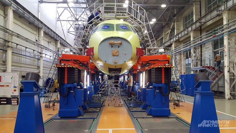 Конечные этапы создания лайнера проходят в двух огромных цехах – цехе сборки фюзеляжа и цехе окончательной сборки. Они расположены неподалеку друг от друга. Из одного в другой самолеты доставляют с помощью специальных установок.