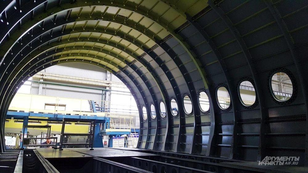 Схема примерно такая: заводы в Воронеже и Новосибирске занимаются подготовкой различных агрегатов и отсеков фюзеляжа для SSJ100 (другая часть деталей делается прямо на КнААЗе), затем все это доставляется в Комсомольск-на-Амуре, что в 400 км от Хабаровска и в 8700 – от Москвы, где уже собирается воедино. Затем в Ульяновске на самолет устанавливают интерьер – в базовой версии SSJ100 рассчитан на 98 пассажиров, но это число может варьироваться в зависимости от требований заказчика, и потом уже проходит испытания в Жуковском.