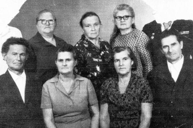 Семья Савиных. Раскулачены в 1930 году. Двух умерших по дороге детей охранники выбросили из вагона в снег.