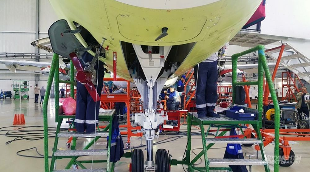 Цех окончательной сборки делится на 7 производственных участков, по которым путешествует будущий самолет. На каждом участке он проводит по 6 дней. На первом из них в фюзеляже «Суперджета» устанавливают системы, на втором – соединяют крылья и ставят шасси. Затем ставят оборудование, испытывают электрику и устанавливают двигатели – на этом этапе к работе подключаются инженеры из PowerJet.
