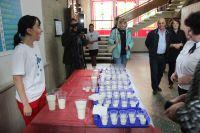 Дегустация молока от разных производителей перед началом круглого стола.